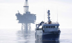 A fishing vessel and oil rig in the North Sea (Photo from WWF)